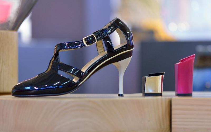 Париж, Франция, 13 сентября. Дизайнер Таня Хит представила экологичную женскую обувь со сменным каблуком разной высоты и формы. Фото: ERIC FEFERBERG/AFP/GettyImages