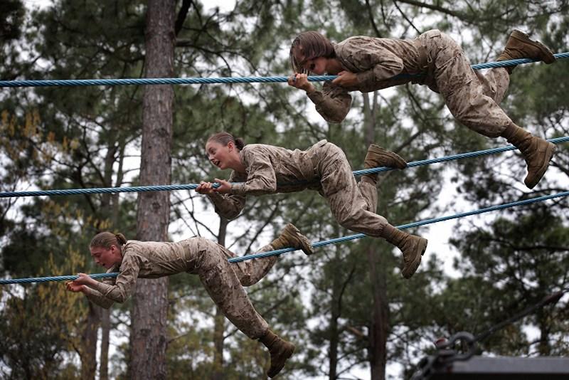 Військова база Перріс-Айленд, США, 27 лютого. Морські піхотинці долають смугу перешкод під час курсу початкового навчання. Фото: Scott Olson/Getty Images