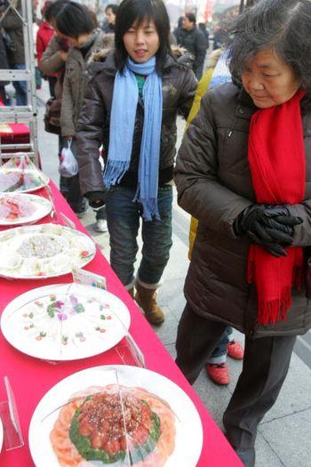 Шанхай. Продажа праздничных блюд. Фото: China Photos/Getty Images