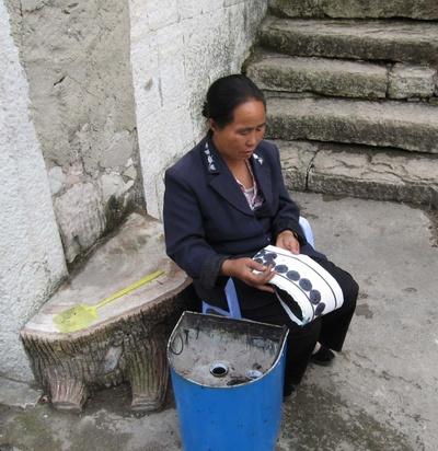 Жительница деревни Шитоу рассказывает о технике набивки ткани «лажань». Фото: panyifu.blog.163.com