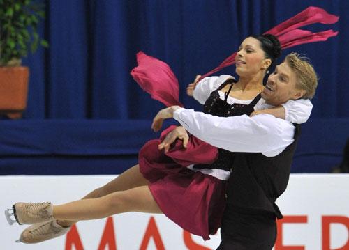 Изабель Делобель/Оливье Шонфельдер (Франция) исполняют оригинальный танец (бретонский танец). Фото: MLADEN ANTONOV/AFP/Getty Images