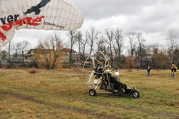 Паротрайк с именинницей набирает скорость для взлета. Фото: Владимир Бородин/The Epoch TimesУкраина
