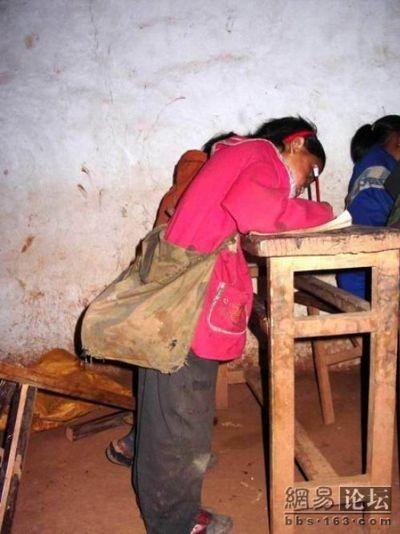 Бедные районы провинции Сычуань. На уроках в школе. Фото: aboluowang.com