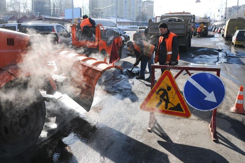 Работники Киевавтодора ремонтируют дорогу в Киеве на проспекте Правды 26 февраля 2013 года. Фото: Владимир Бородин / Великая Эпоха