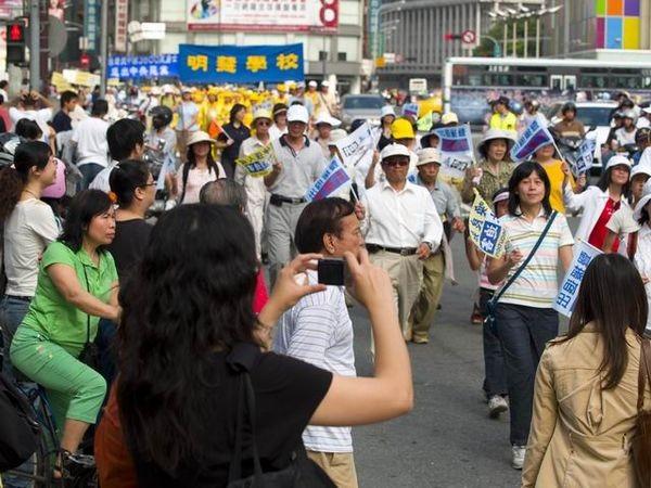 Многочисленные жители столицы Тайваня несут таблички с надписью: «Выходите из компартии». Фото: Тан Бин/ The Epoch Times