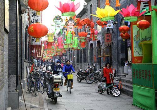 В дни празднования Юаньсяо на улицах развешивается множество фонарей самых разнообразных форм и размеров. Фото: Великая Эпоха