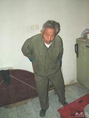 Отец Сюэ Сянбяо Сюэ Жуйжун был связан. Фото: Великая Эпоха