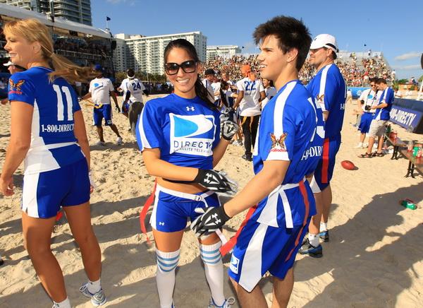 Актеры Оливия Мунн и Тэйлор Лотнер на пляжных играх в Майами Бич, Флорида. Фото: Christopher Polk/Getty Images for DirecTV