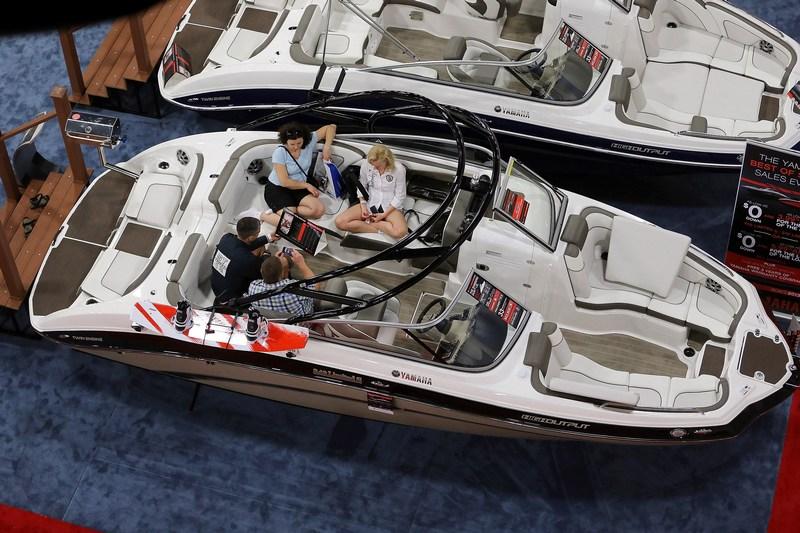 Майами-Бич, штат Флорида, США, 15 февраля. В выставочном центре проходит Международная выставка катеров и яхт, на которой представлено свыше 3000 малых судов. Фото: Joe Raedle/Getty Images