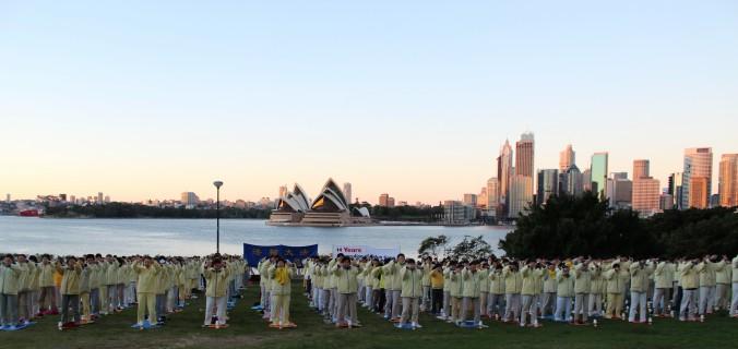 Сідней, Австралія. Практикувальники Фалунь Дафа роблять вправи. Фото: Велика Епоха