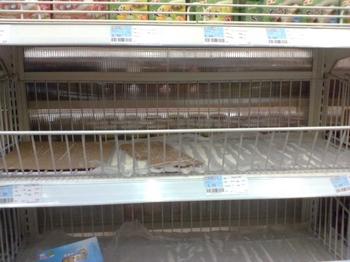 В супермаркете «Цзядэли» пустые полки, на которых продавалась соль. Шанхай. Фото с epochtimes.com