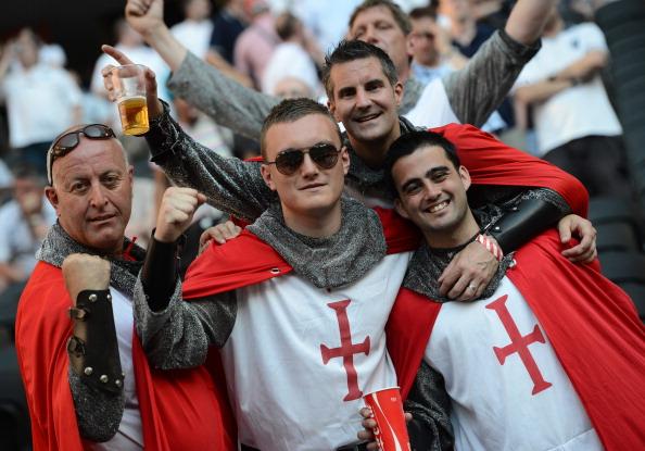 Фани збірної Англії одягнені як лицарі з хрестом Святого Георгія перед матчем Франції проти Англії, 11 червня 2012 в Донецьку. Фото: FRANCK FIFE/AFP/GettyImages