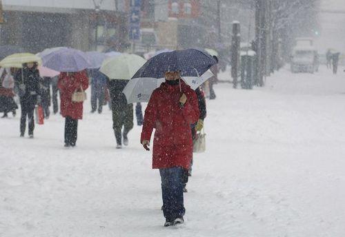 26 января, г.Хэфэй провинции Анхуэй. Из-за непогоды остановлен транспорт, люди вынуждены передвигаться пешком. Фото: AFP