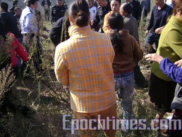 Стычка между крестьянами и полицией. Фото: The Epoch Times