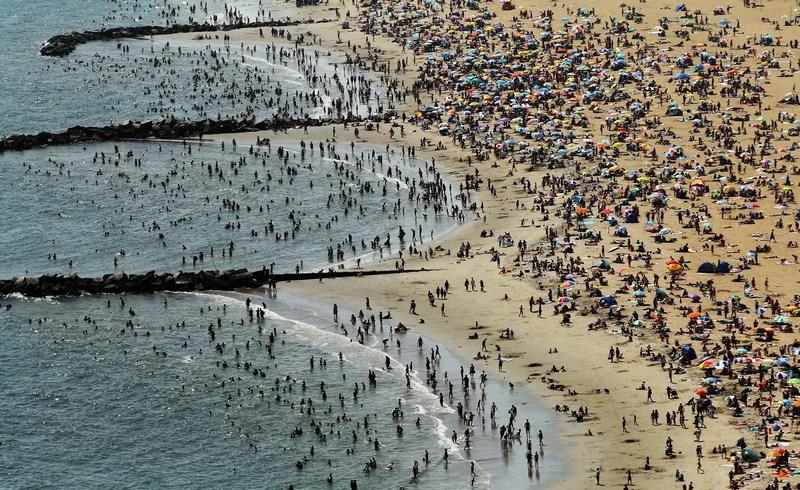 Нью-Йорк, США, 4 серпня. Жителі міста рятуються від спеки на пляжі Брукліна. Спека цього року найсильніша з 1895 року. Фото: Mario Tama/Getty Images