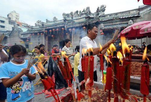 Бангкок. Перед Новым годом люди идут в храмы возжигать благовония. Фото:  PORNCHAI KITTIWONGSAKUL/AFP/Getty Images
