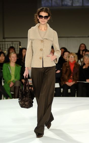 Коллекции женской одежды весна 2008 от американского дизайнера Оскара де ла Ренты (Oscar de la Renta). Нью-Йорк, 3 декабря 2007г. Фото: Andrew H. Walker/Getty Images