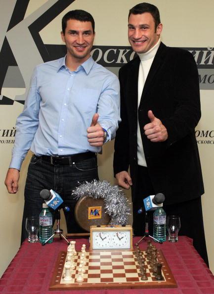Братья Кличко, перед шуточным поединком друг с другом, Москва, 2004 год. Фото: ALEXANDER NEMENOV/AFP/Getty Images