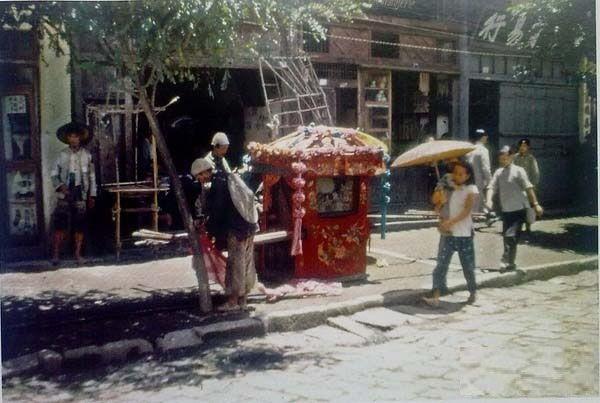Прикрашений в традиційному китайському стилі паланкін (носилки), які використовуються під час весільних свят. Місто Куньмін провінції Юньнань в 1945 році