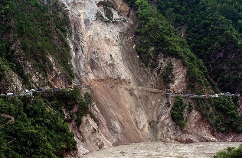 Північ Індії, 25 червня. Потужний зсув, викликаний проливними дощами, зруйнував дорогу між містами Рудрапраяг і Шрінагар. Фото: MANAN VATSYAYANA/AFP/Getty Images