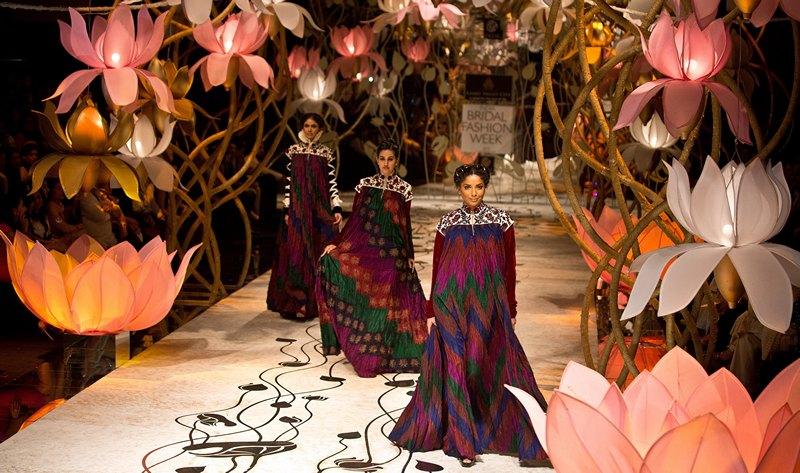 Нью-Дели, Индия, 26 июля. Модели демонстрируют наряды дизайнера Рохита Бала на Неделе свадебной моды. Фото: PRAKASH SINGH/AFP/Getty Images