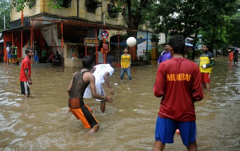 Мумбай, Індія, 27 серпня. Підлітки грають у футбол на затопленій тропічними дощами вулиці. Фото: PUNIT PARANJPE/AFP/GettyImages