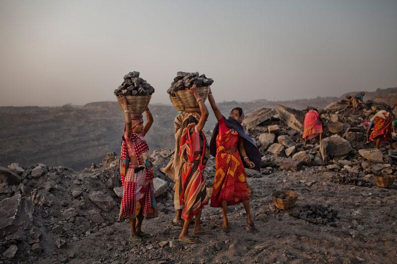 Корзины с углём готовы к транспортировке. Фото: Daniel Berehulak/Getty Images