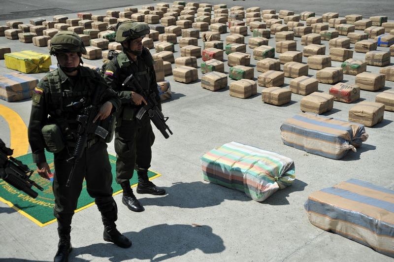 Бугу, Колумбія. 24 серпня. Поліція захопила 4 тонни марихуани, яка перевозилася у вантажівці, що належить Шостому фронту Революційної армії Колумбії. Фото: GUILLERMO LEGARIA/AFP/GettyImages