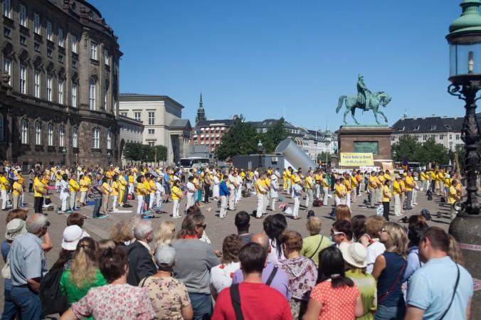Копенгаген, Данія. Практикувальники Фалунь Дафа роблять вправи. Фото: Велика Епоха