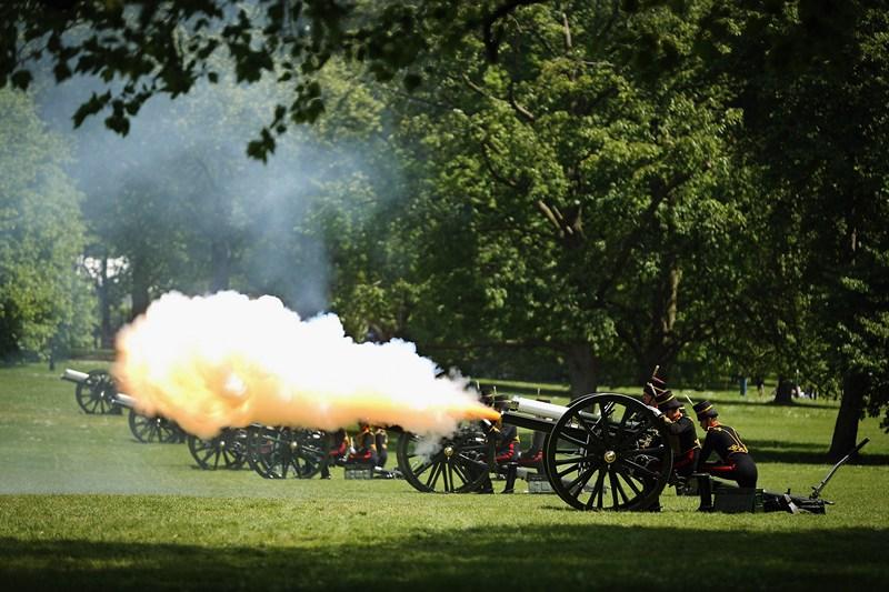 Лондон, Англия, 3 июня. Салютом из 41-го пушечного залпа отряда Королевской конной артиллерии в столице отметили 60-ю годовщину восхождения на престол королевы Елизаветы II. Фото: Dan Kitwood/Getty Images