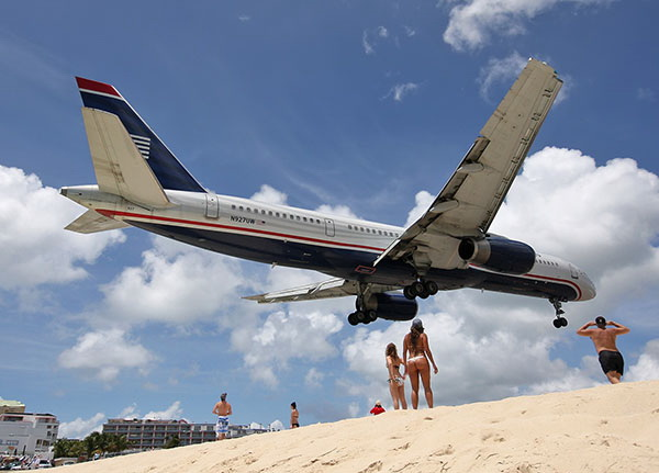 Идущие на посадку лайнеры пролетают совсем невысоко. Фото: blogspot.com