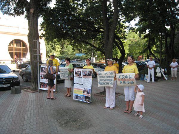 Акция напротив консульства КНР в Одессе. Фото: Сергей Вандаловский/The Epoch Times