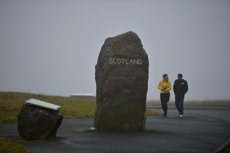 Картер-Бар, Шотландия, 22 октября. Камень возле трассы А68, отделяющий территорию Англии от Шотландии. Осенью 2014 года Шотландия собирается провести референдум о независимости. Фото: Jeff J Mitchell/Getty Images