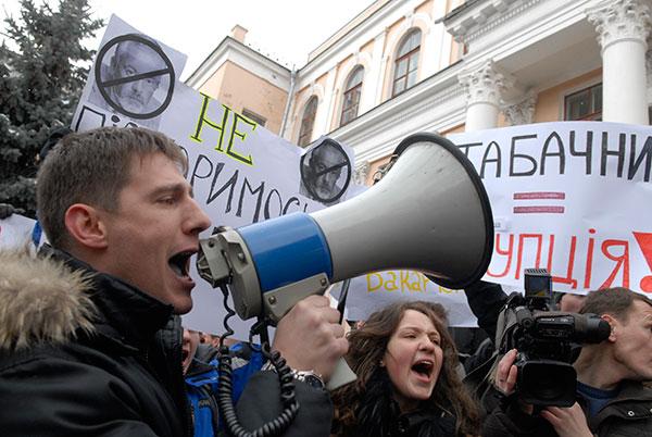 Участник акции за отставку Дмитрия Табачника с должности министра образования скандирует лозунг возле министерства образования и науки 17 марта 2010 года. Фото: Владимир Бородин/The Epoch Times