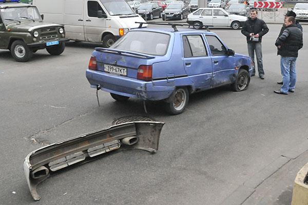Бампер от машины грабителя лежит возле Таврии. Фото: Владимир Бородин/The Epoch Times Украина