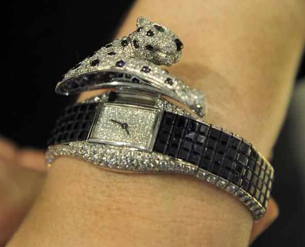 Бриллиантовые наручные часы Пантера от Cartier, приблизительно 1985 года на великолепной продаже драгоценностей в Нью-Йорке 20 апреля 2010 года. Фото: TIMOTHY A. CLARY/AFP/Getty Images