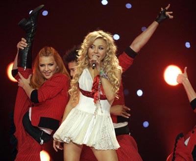 Украинская певица Тина Кароль с песней *Show me your love*. фото: ARIS MESSINIS/AFP/Getty Images