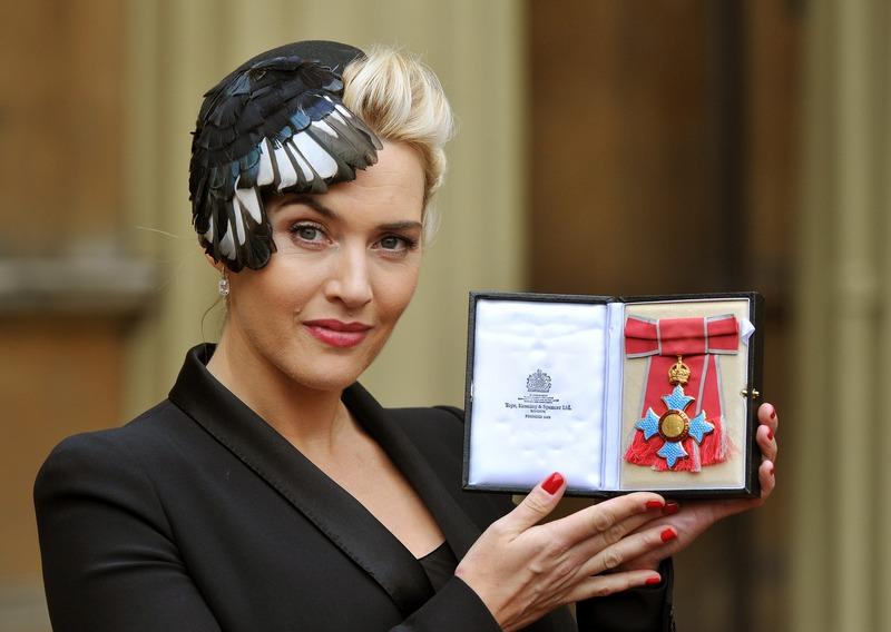 Лондон, Англия, 21 ноября. Королева Елизавета II наградила актрису Кейт Уинслет орденом Британской империи за выдающееся актёрское мастерство. Фото: John Stillwell/WPA Pool/Getty Images