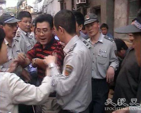 Чтобы вынудить жителей переехать, власти использовали методы ложных обвинений, избиения и арестов. Фото: Великая Эпоха