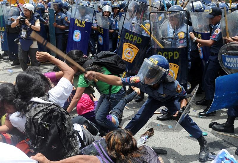 Маніла, Філіппіни, 22 липня. Поліція розганяє демонстрантів, незадоволених правлінням нинішнього президента Бенігно Акіно. Фото: NOEL CELIS/AFP/Getty Images