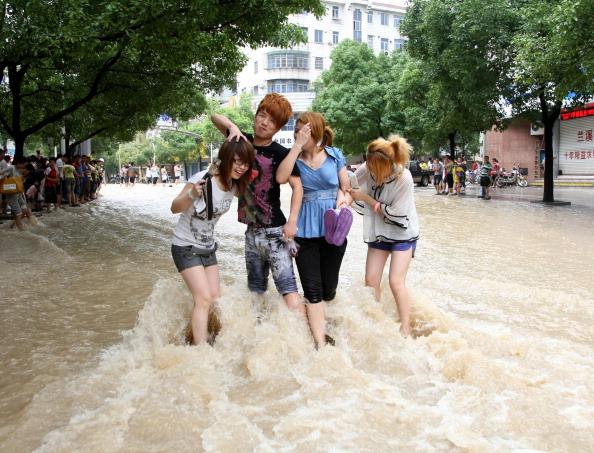 На затопленной водой улице г. Ланси, провинция Чжэцзян. Фото: STR/AFP/Getty Images