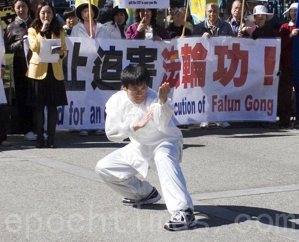 Выступление мастеров боевых искусств. Фото: Zhou Rong/The Epoch Times