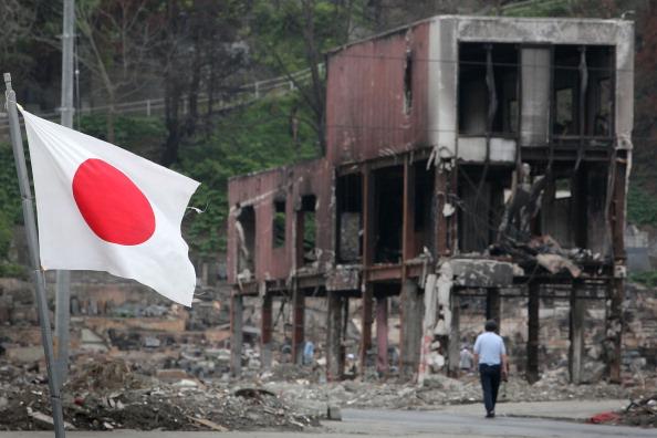 Японский национальный флаг развевается на ветру в Отсучи, префектура Иватэ. Фото: Kiyoshi Ota/Getty Images