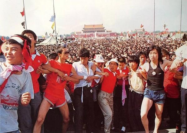 Более ста тысяч участников акции протеста заполнили всю площадь Тяньаньмэнь. Фото с epochtimes.com