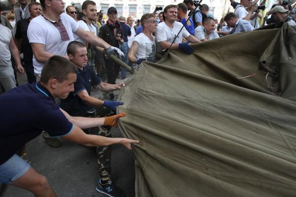 Прибирання на Майдані, 9 серпня 2014 року. Фото: Велика Епоха