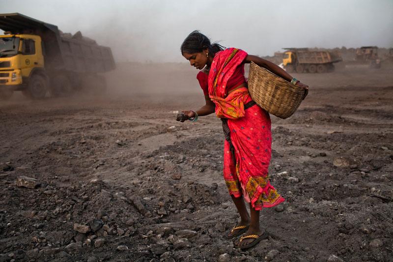 Женщина ищет уголь. Фото: Daniel Berehulak/Getty Images