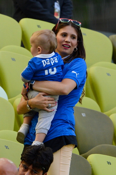 Жена итальянского футболиста Антонио Кассано вместе с сыном на матче Италии и Испании 10 июня 2012 года в Гданьске, Польша. Фото: Claudio Villa/Getty Images
