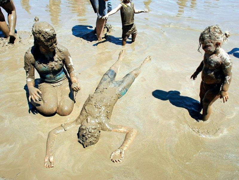 Вестланд, США, 10 июля. Дети валяются в озере грязи во время 25-го ежегодного «Дня грязи». Для создания озера грязи понадобилось 75 кубометров воды и 200 тонн почвы. Фото: Bill Pugliano/Getty Images