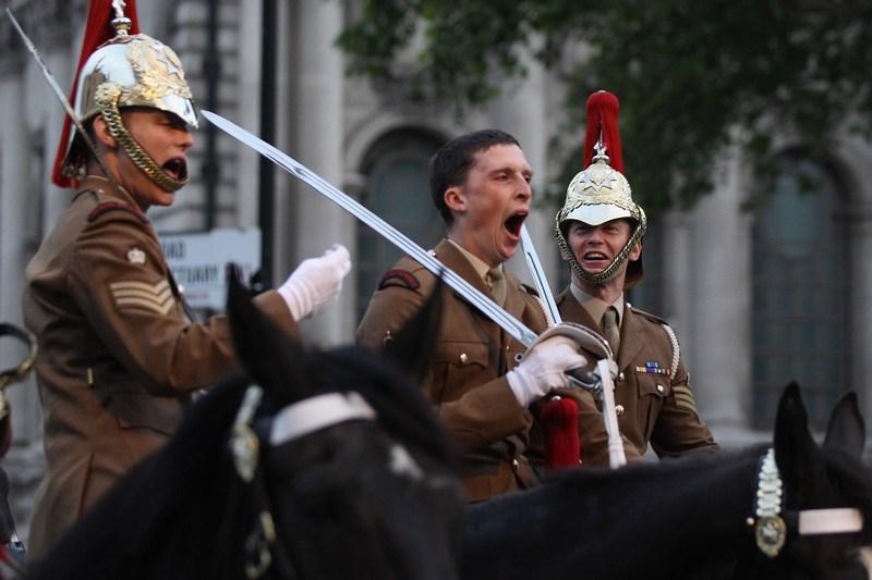 Лондон, Англія, 1червня. Втомлений солдат позіхає на репетиції процесії Королівської карети з Вестмінстер-Холу в Букінгемський палац. Фото: Oli Scarff/Getty Images