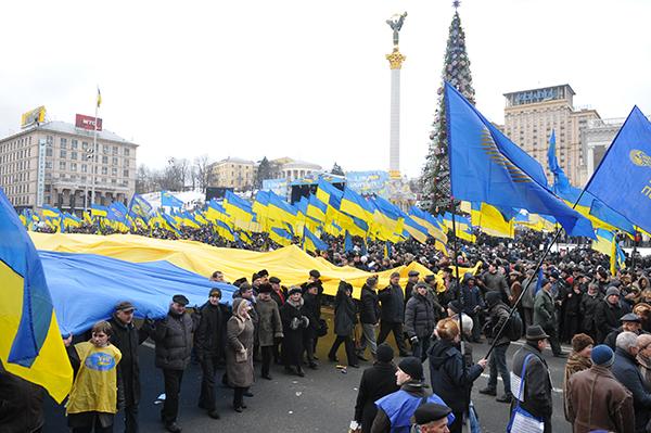 Представители Украинской народной партии несут флаг Украины по площади Независимости в Киеве 22 января 2011 года в День соборности Украины. Фото: Владимир Бородин/The Epoch Times Украина